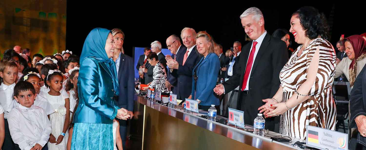 Maryam-Rajavi-welcomes-personalities-and-supporters-of-the-Iranian-Resistance---Villepinte-Paris-July-1-2017-2