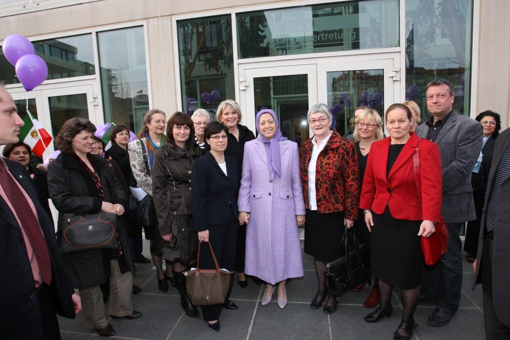 Les parlementaires et militantes des droits des femmes se réunissent autour de Mme Radjavi