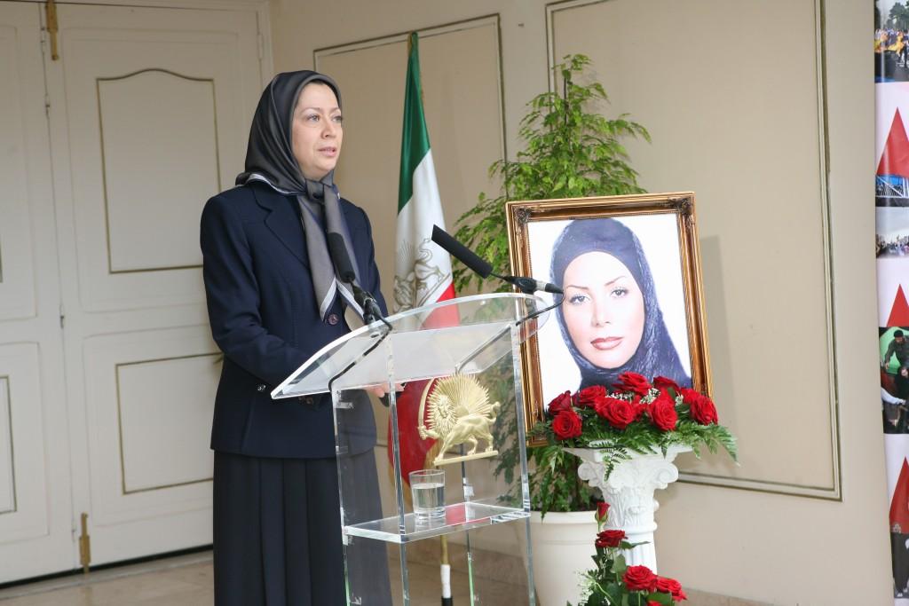Maryam Radjavi offre un buste de Neda à Franco Fini