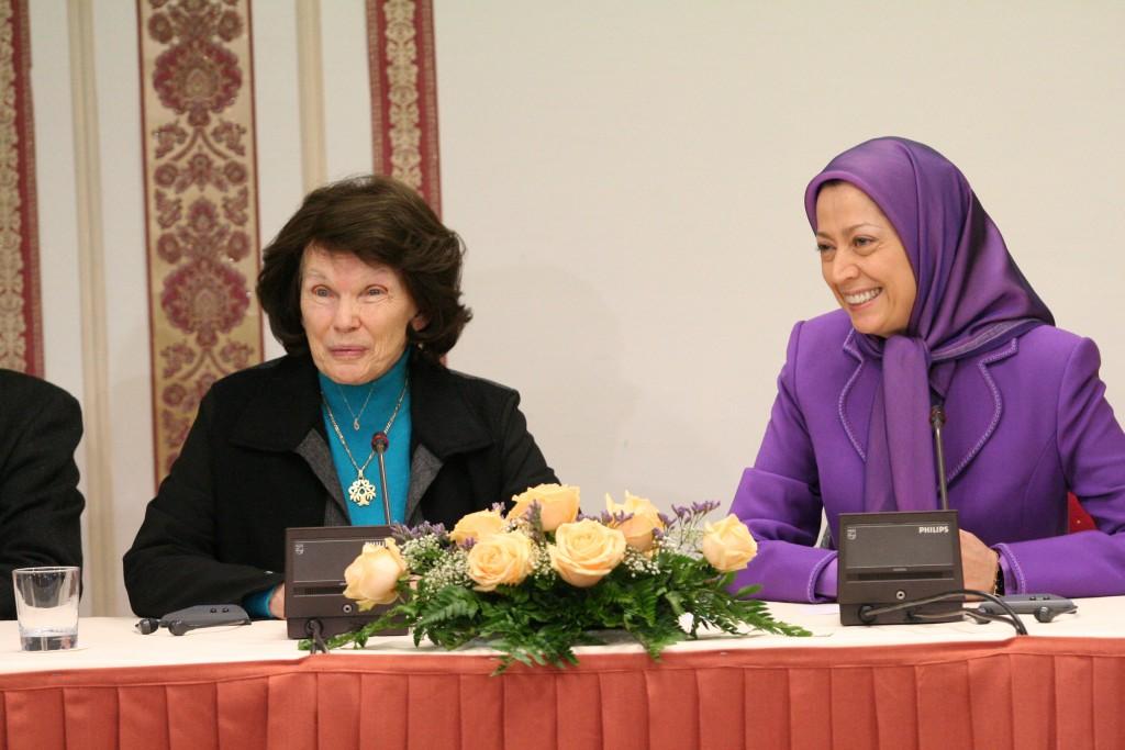 Mme Mitterrand a dédicacé son nouveau livre «Mot à Mot» pour Maryam Radjavi