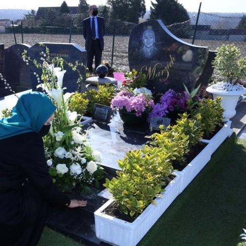 Dépôt de fleurs sur la tombe de Marzieh, la grande Diva de la chanson iranienne