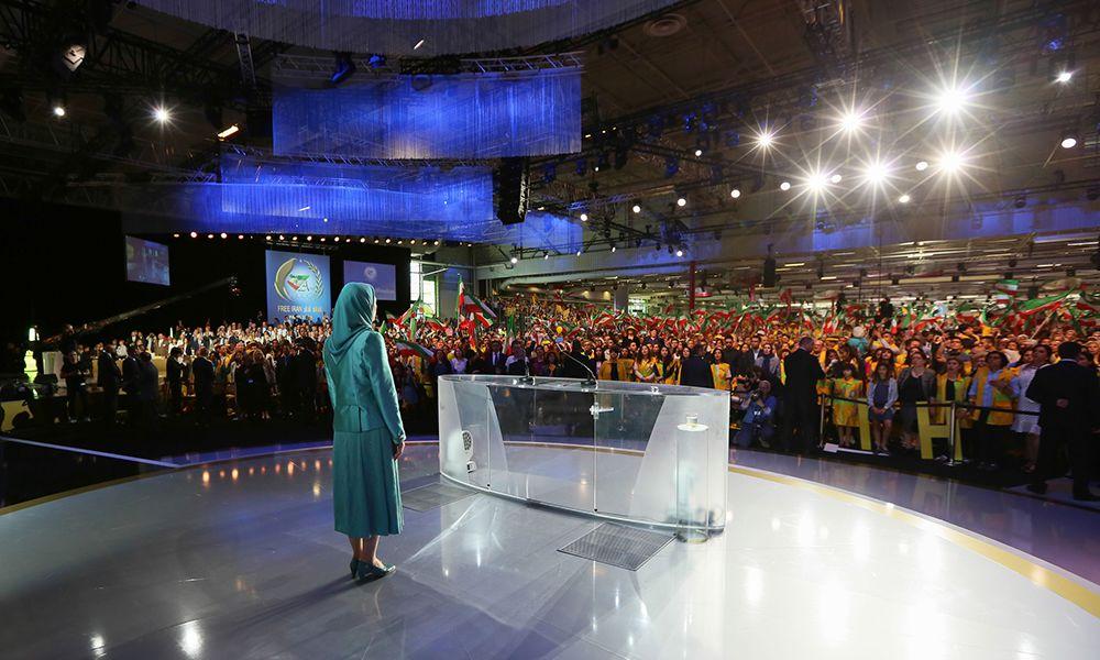 مریم رجوی در اجتماع بزرگ پاریس: يكسال  پس از توافق اتمی، هردو جناح در برابر یک جامعه عمیقاً ناراضی شکست خوردهاند