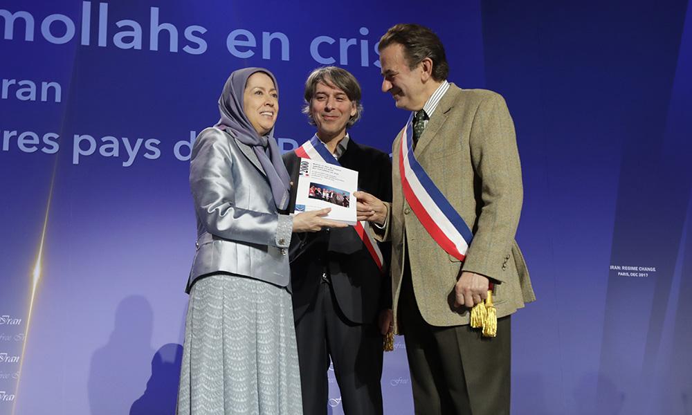 اهدای بیانیه ۲۰۰۰ تن از شهرداران و منتخبان مردم فرانسه در محكومیت اعدامها در ایران و حمایت از جنبش دادخواهی قتل عام ۶۷، به مریم رجوی