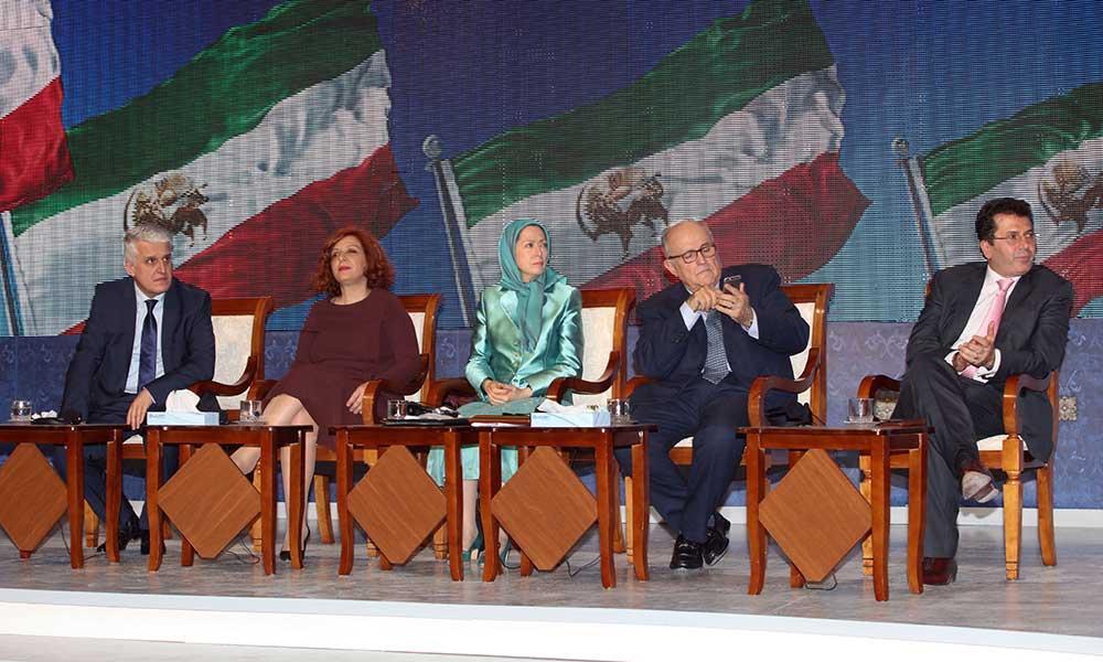 مریم رجوی در میان شخصیتهای شرکتکننده در اجتماع نوروزی مقاومت ایران