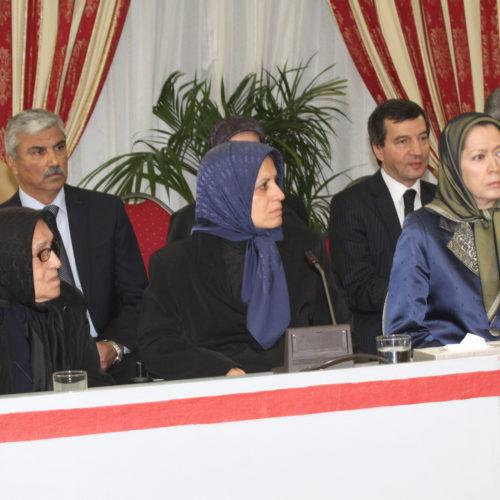Maryam Radjavi rendant hommage aux mères de martyrs à la cérémonie en mémoire de Mme Sadegh, à Auvers-sur-Oise-24.11.2014