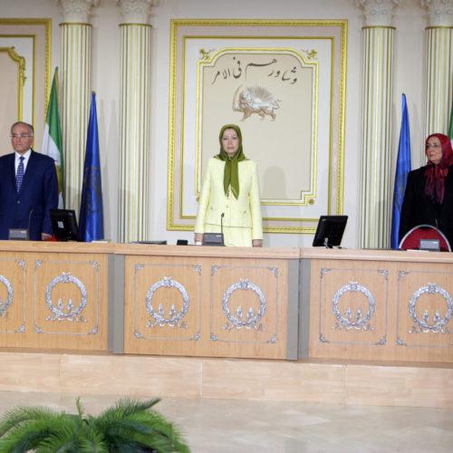 مریم رجوی رئیس جمهور برگزیده شورای ملی مقاومت در اجلاس میاندورهیی شورا که در روزهای ۲۷ و ۲۸ خرداد ۱۳۹۴ برگزار گردید
