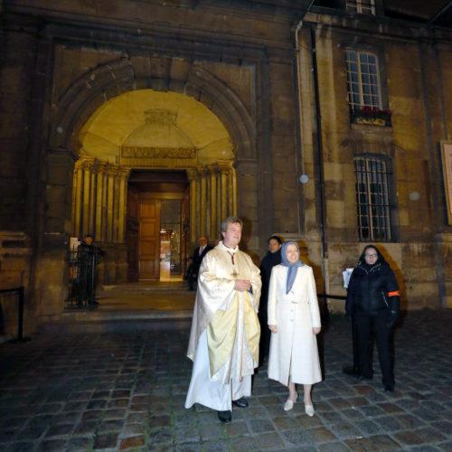 در سالروز ميلاد عيسی مسيح (ع)، مریم رجوی در مراسم دعا و نيايش كليسای سن ژرمن دپره ازكليساهای قديمی و مشهور پاریس حضور یافت-۳دی ۱۳۹۴