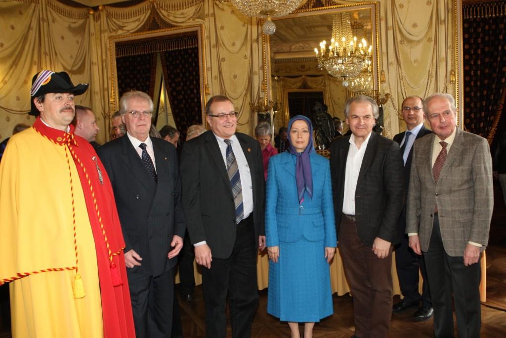استقبال رسمی از مریم رجوی در کاخ شورای شهر ژنو
