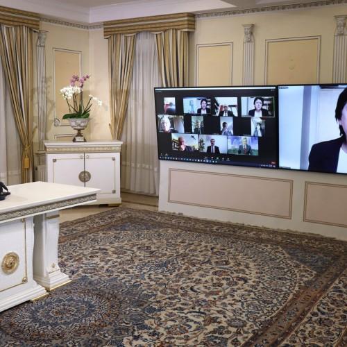 سخنرانی میشل دووکولوق، رییس کمیته پارلمانی برای ایران دمکراتیک در کنفرانس اینترنتی با حضور نمایندگان و سناتورهای فرانسه